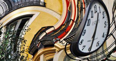 Reloj que marca las 12 y media en una imagen curvada
