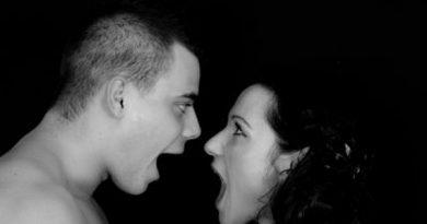 Fotografía en blanco y negro, en la que se ve a un hombre y una mujer enfrentados y gritando