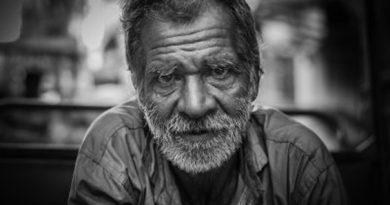 Hombre anciano mirando fijamente y al frente en blanco y negro