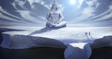 Indú sentado sobre colina nevada