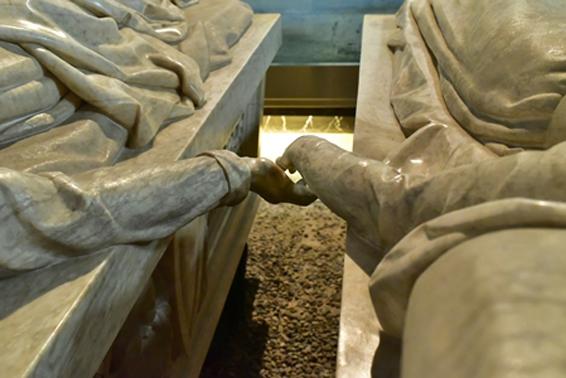 Detalle de las manos de los amantes de Teruel