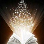 Fotografía de fantasía de un libro abierto del que salen luces y estrellas