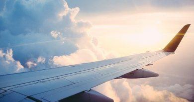 Avión sobrevolando nubes