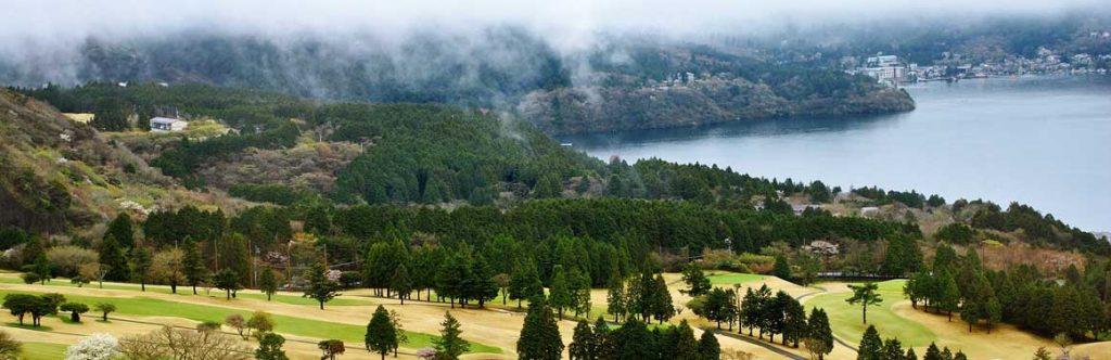 Lago Ashi en Japón. Campos