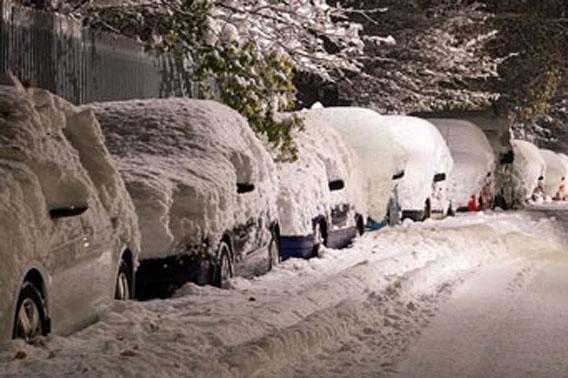 Coches aparcados y nevados