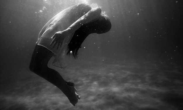 Niña flotando en el agua