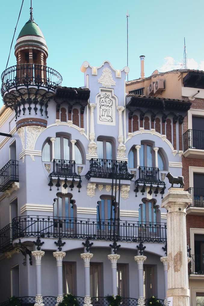 Casa modernista en la Plaza del Torico en Teurel