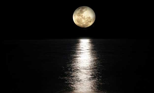 Mar y luna llena de noche
