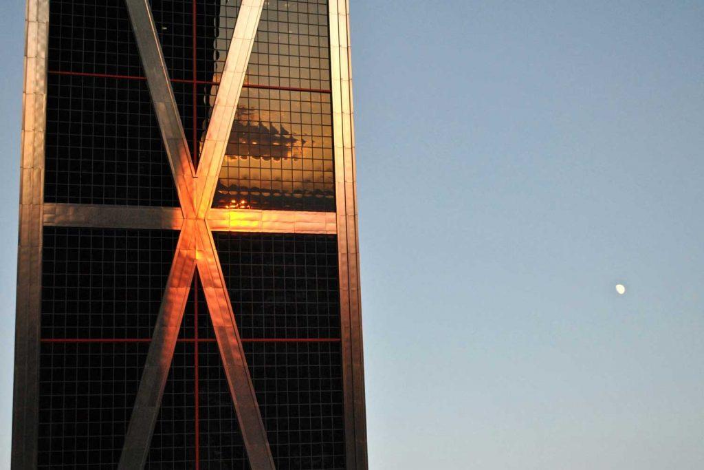 Luna reflejada en las torres kio