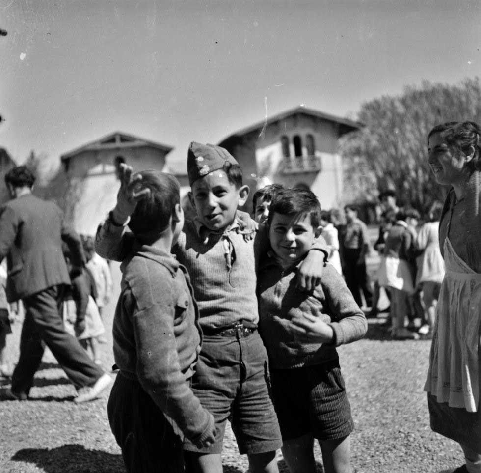 Niños a la puerta de un palacio habilitado como escuela