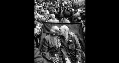 Hombres besándose