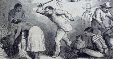 Hombre recibiendo latigazos