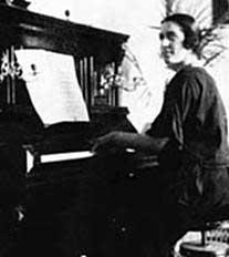 Amparo Bayarón en un piano