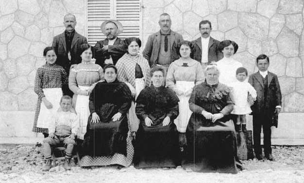 Fotografía en blanco y negro de una familia de fareros