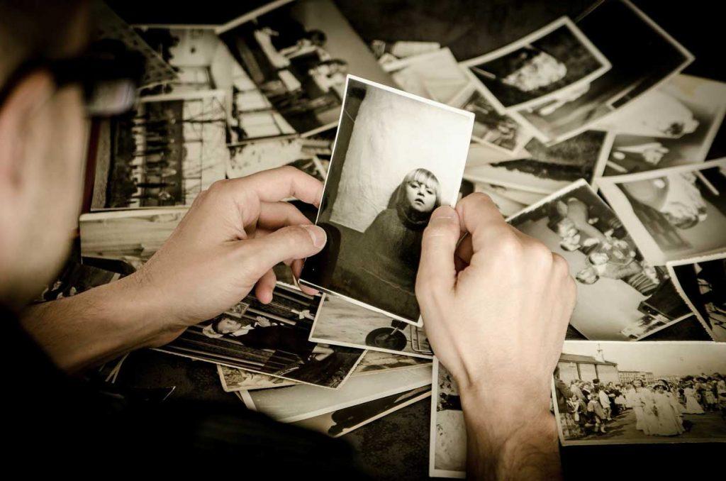 Hombre mirando fotografías
