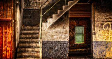 Habitación vieja con escaleras