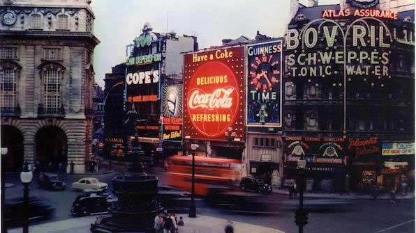 Primer cartel de Coca-Cola en Picadilly Circus