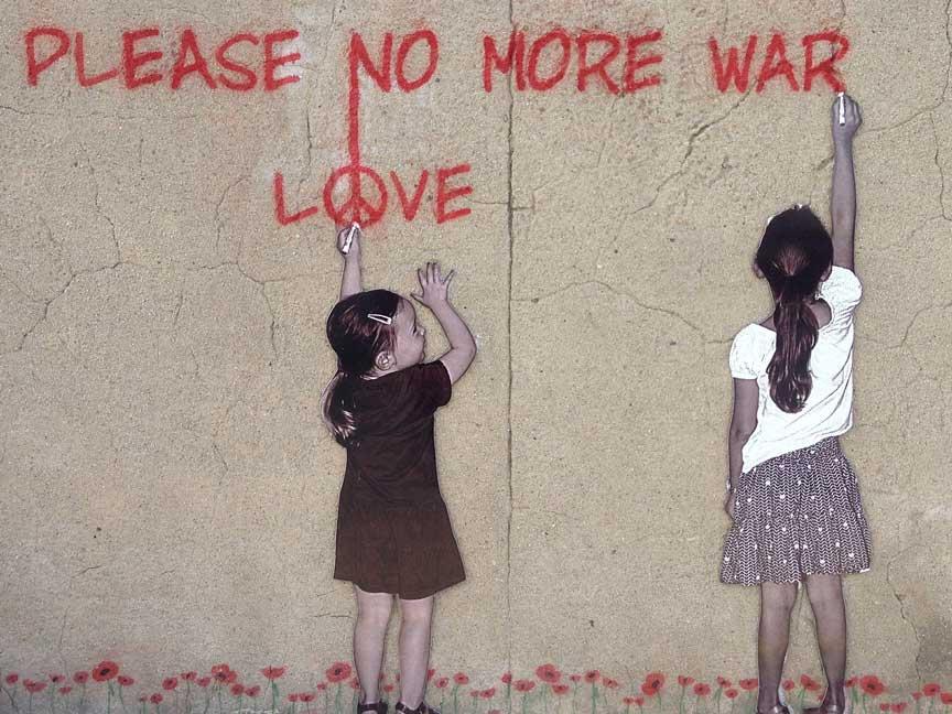 dos niñas dibujando paz en la pared