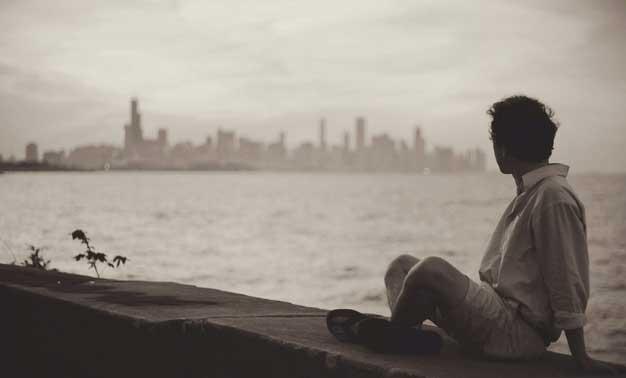 hombre mirando a la playa