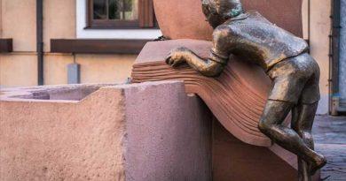 escultura niño leyendo