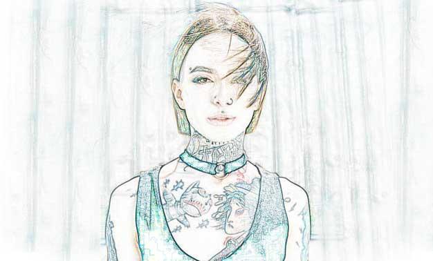 mujer con tatutajes